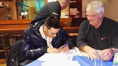 Voorzitter en Secretaris ZRZ ondertekenen de verklaring